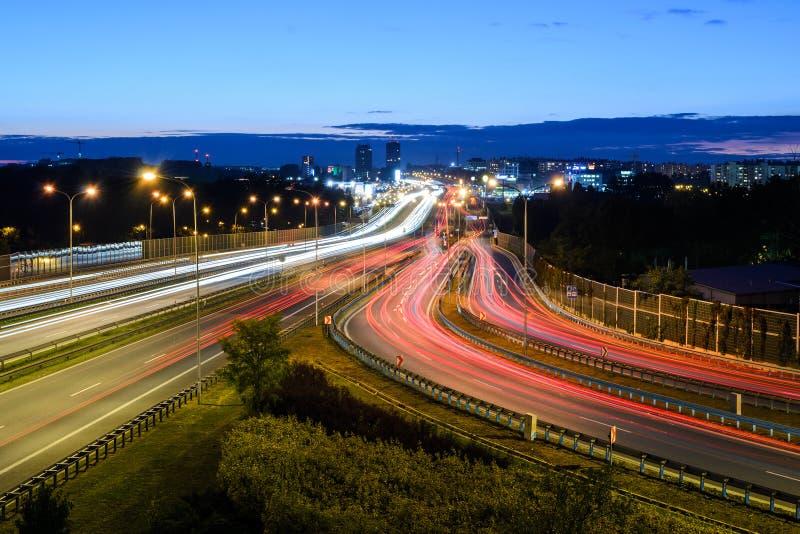 Autoroute dans Katowice pendant la nuit photo libre de droits