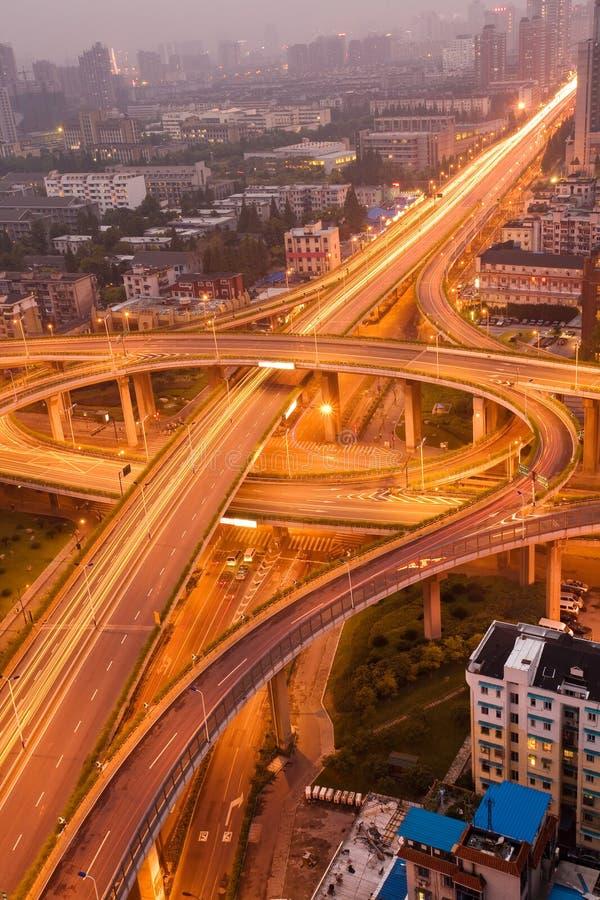 Autoroute dans la nuit avec la lumière de véhicules images stock