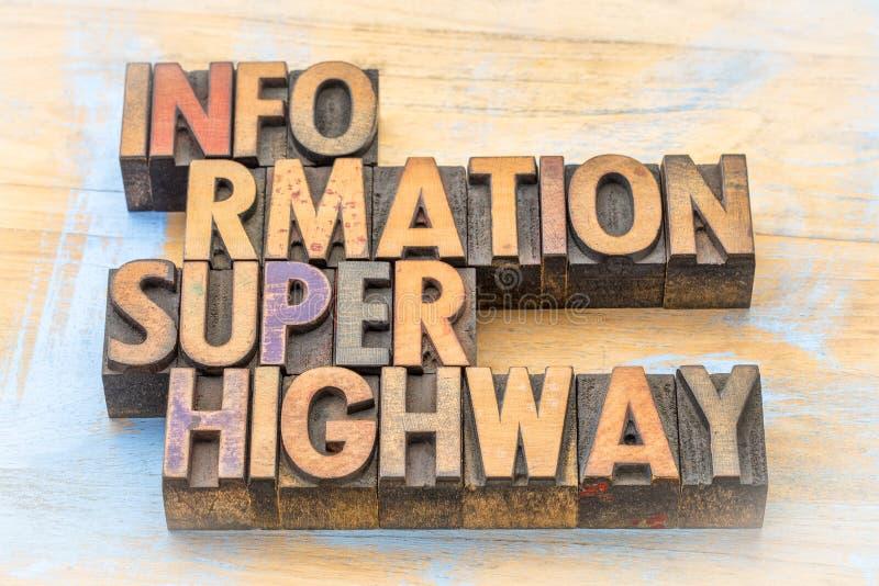 Autoroute de l'information dans le type en bois images stock