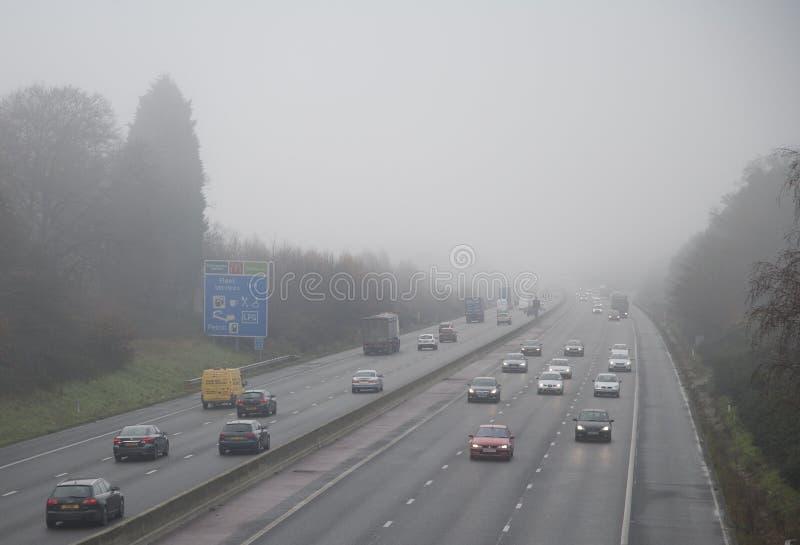 Autoroute en brouillard photo stock