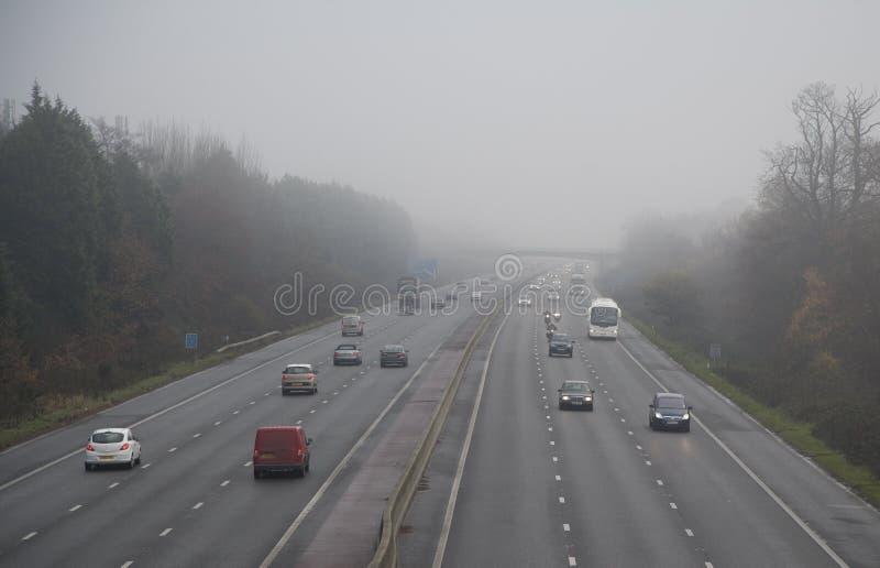 Autoroute en brouillard photographie stock libre de droits