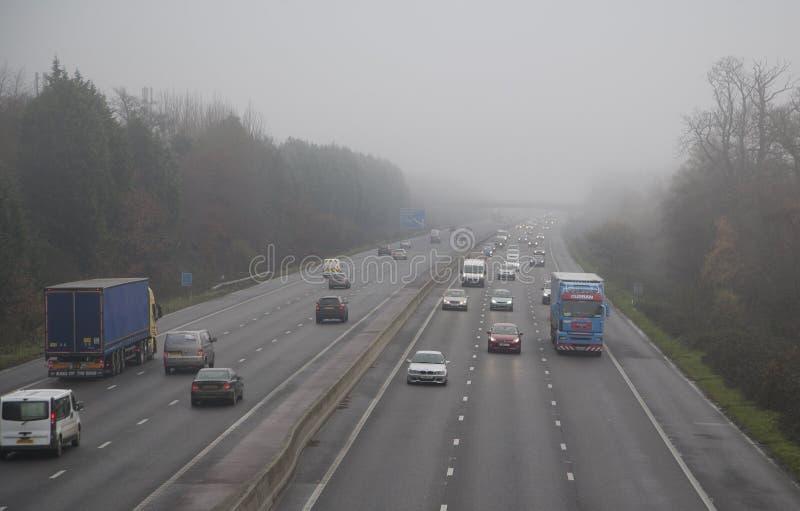 Autoroute en brouillard image libre de droits
