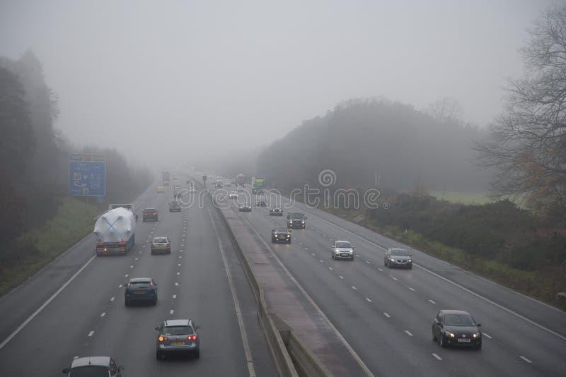 Autoroute en brouillard photos libres de droits
