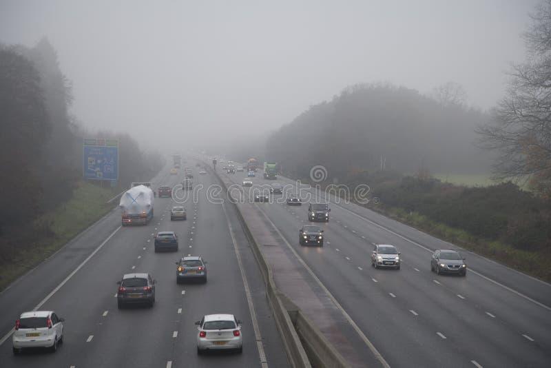 Autoroute en brouillard photo libre de droits