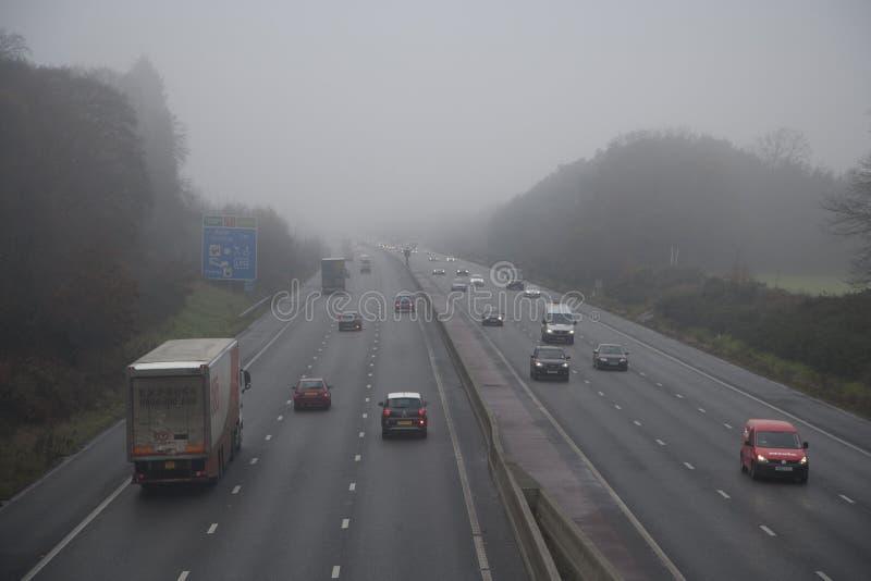 Autoroute en brouillard photographie stock