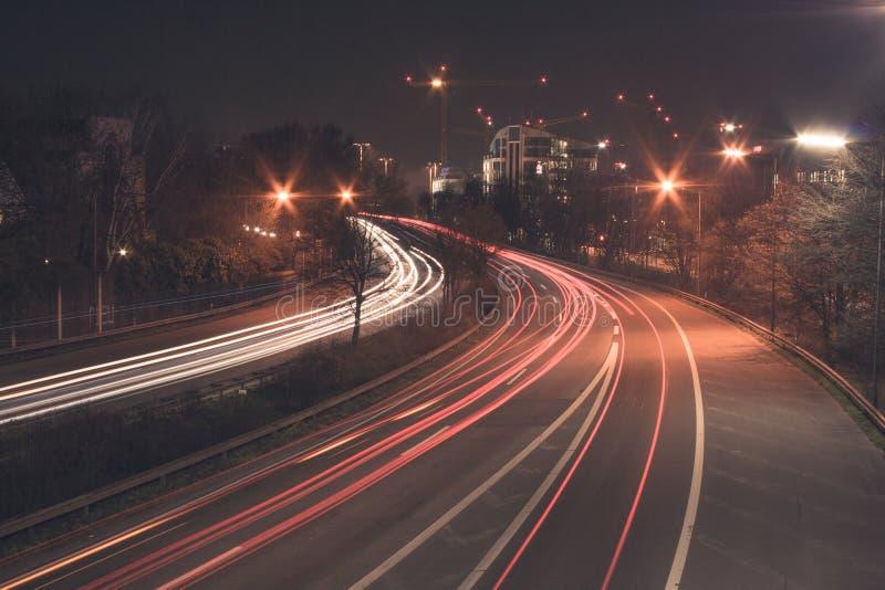 Autoroute la nuit images stock