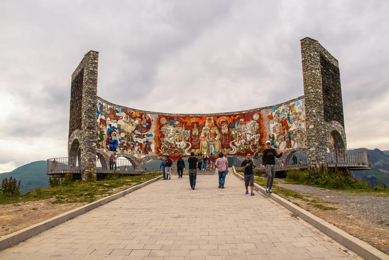 Autoroute militaire Géorgie - Monument de l'amitié Russie-Géorgie - construit en 1983 célèbre l'amitié entre les deux pays photographie stock
