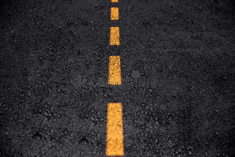 Autoroute ou route propre foncée vide de route goudronnée photos libres de droits