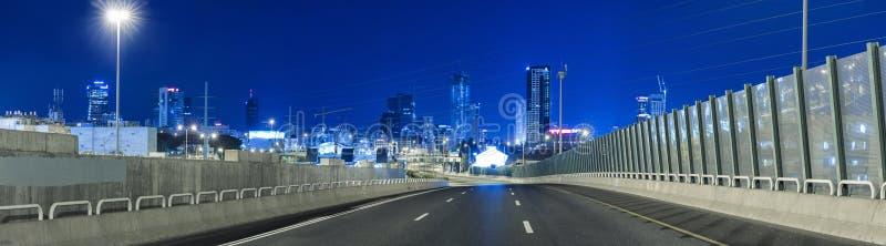 Autoroute vide à la nuit et au téléphone Aviv Cityscape image stock