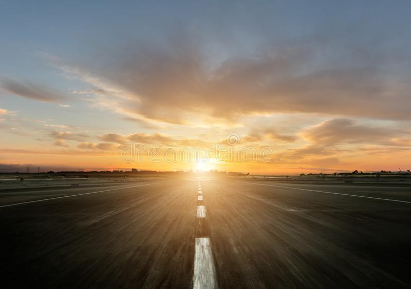 Autoroute vide avec le coucher du soleil images stock
