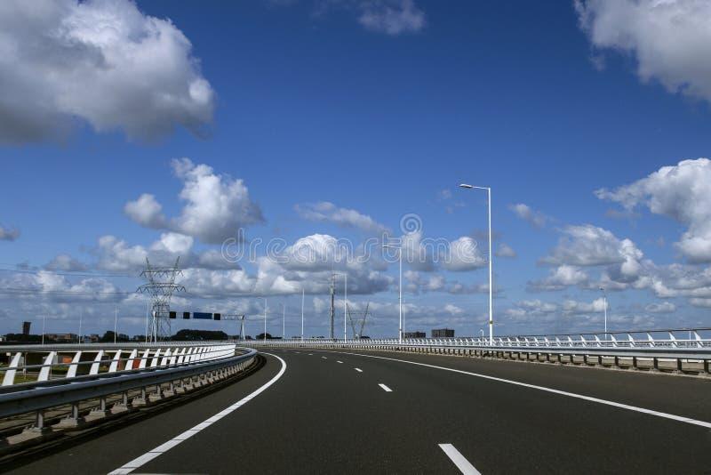 Autoroute vide Longue route goudronnée avec les lignes blanches en bas du centre Concept de voyage et de transport photographie stock libre de droits