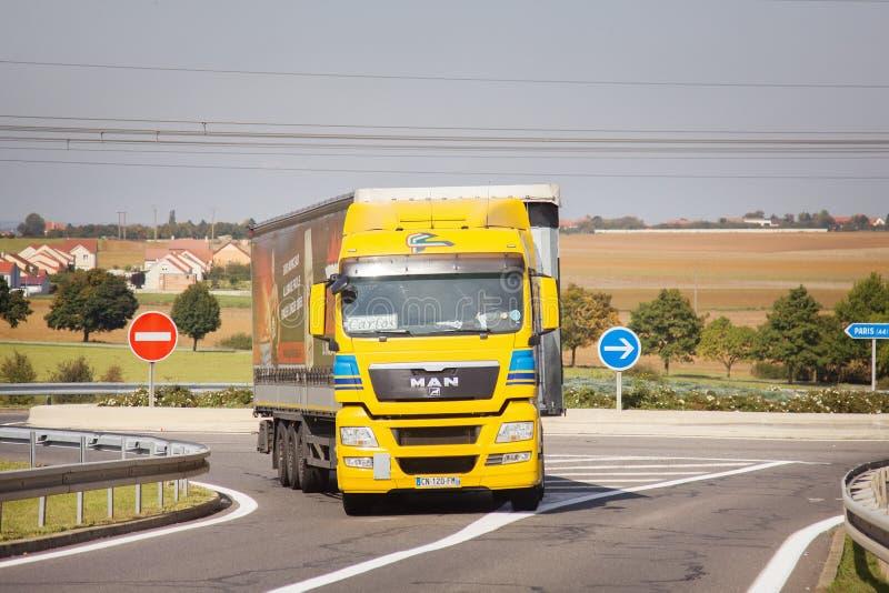 Autoroutes et camions lourds sur fond de campagne vallonnée Transport routier de marchandises image stock
