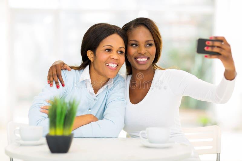 Autorretrato africano da filha da mãe fotos de stock