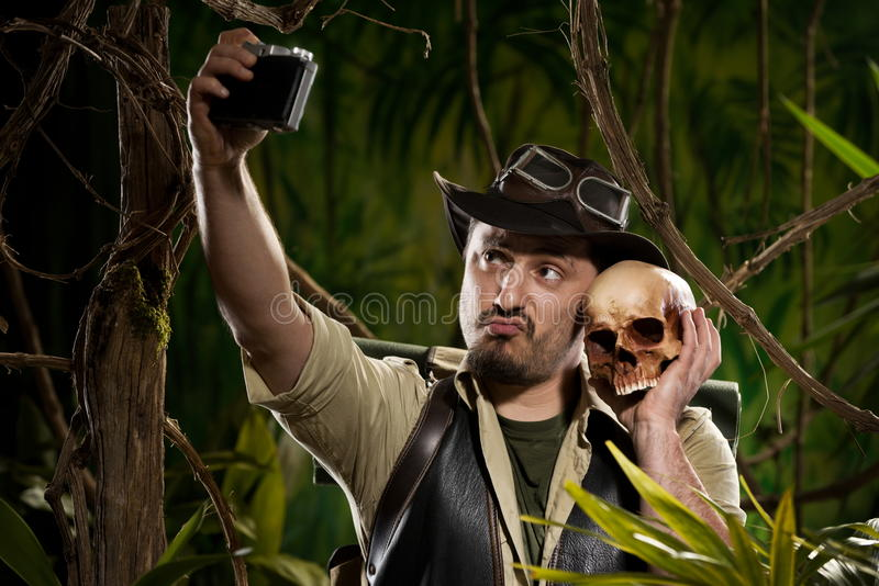 Autorretrato con el cráneo fotografía de archivo libre de regalías