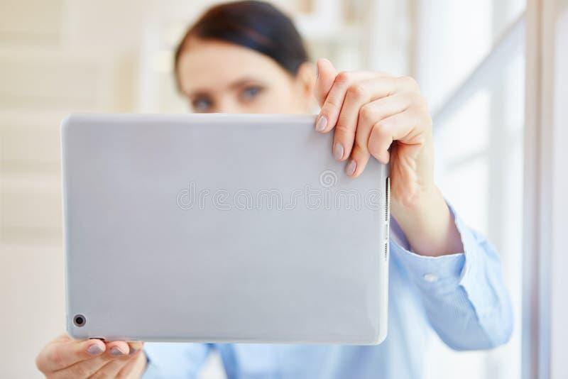 Autorretrato con la tableta fotos de archivo