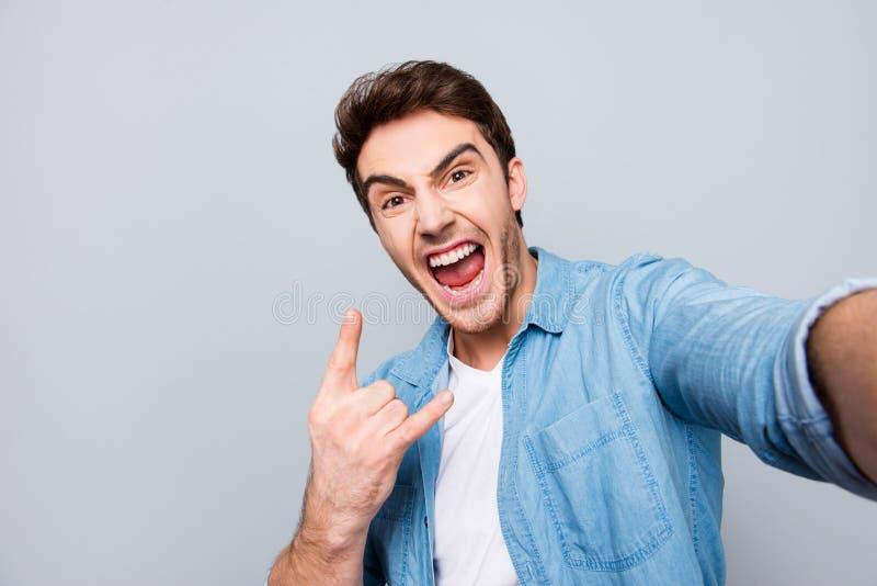 Autorretrato da gritaria, insensato, individual, atrativa, craz imagens de stock
