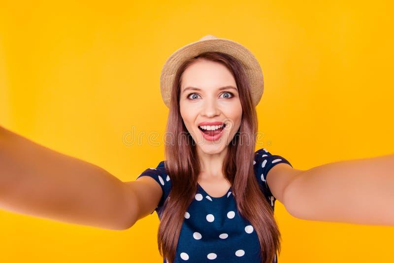 Autorretrato de agradável, surpreendendo, bonito, positivo, riso, contente imagem de stock royalty free