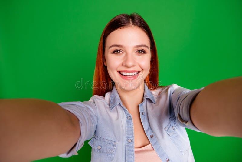 Autorretrato de ella ella d?a de fiesta alegre alegre adorable dulce precioso encantador lindo atractivo atractivo de la muchacha fotos de archivo libres de regalías