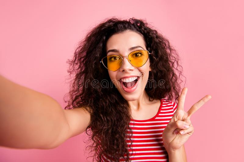 Autorretrato de ella ella de pelo ondulado alegre alegre alegre de niña encantador atractivo adorable dulce precioso atractivo foto de archivo libre de regalías