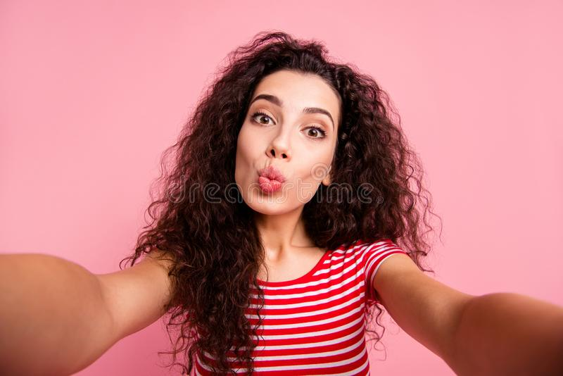Autorretrato de ella ella señora de pelo ondulado alegre de niña linda encantadora atractiva agradable dulce preciosa atractiva imagenes de archivo