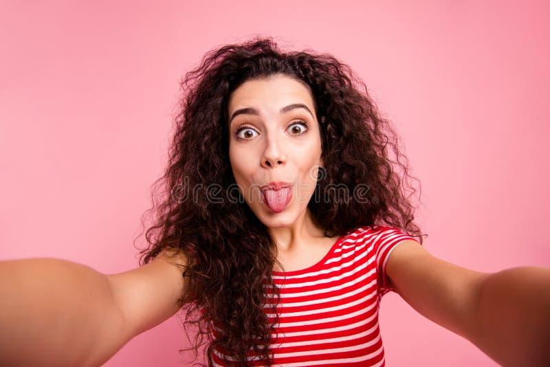 Autorretrato de ella ella señora de pelo ondulado alegre alegre de niña linda encantadora atractiva agradable preciosa atractiva imagen de archivo libre de regalías