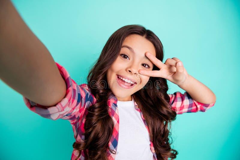 Autorretrato de la muchacha pre-adolescente de pelo ondulado alegre alegre linda encantadora atractiva agradable que lleva la dem fotos de archivo libres de regalías