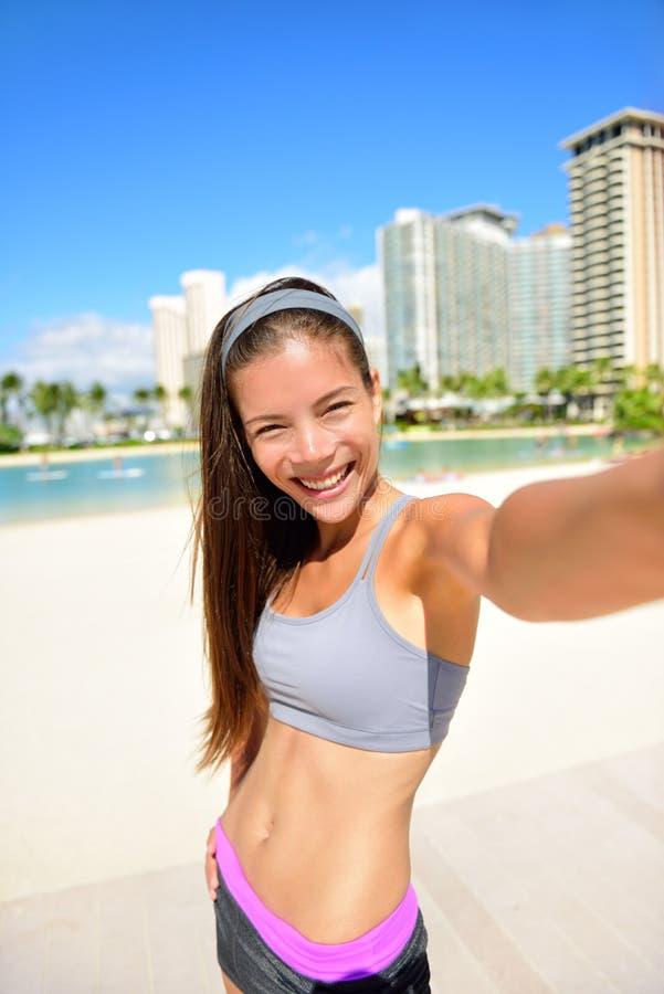 Autorretrato de la mujer del selfie de la aptitud después del entrenamiento fotos de archivo libres de regalías