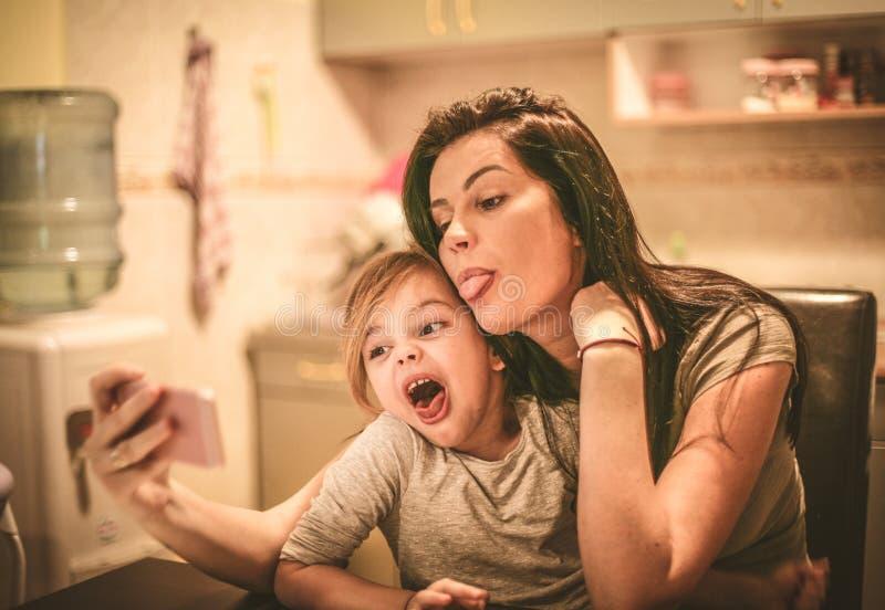 Autorretrato divertido de la cara con la mamá imágenes de archivo libres de regalías