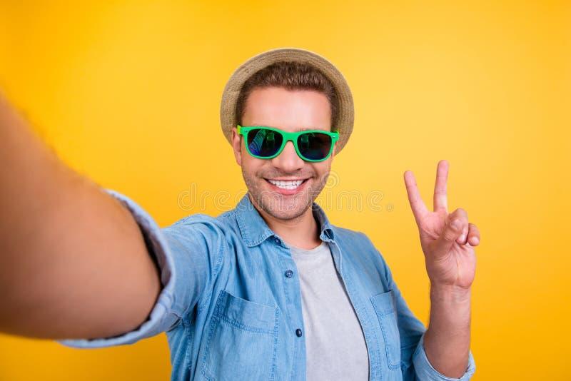 Autorretrato do blogger alegre, farpado em vidros do verão, je foto de stock royalty free