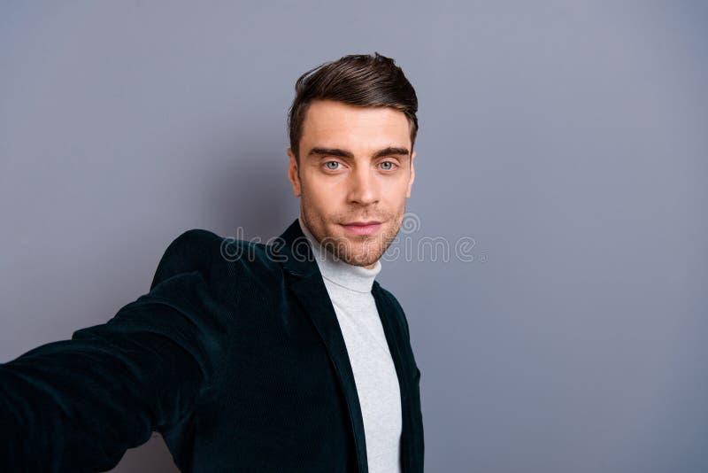 Autorretrato do seu ele camiseta vestindo do blazer da belbutina do indivíduo cândido elegante farpado bonito agradável isolada s fotografia de stock