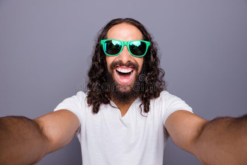 Autorretrato do seu ele turismo ondulado-de cabelo extático animador alegre atrativo na moda agradável do turista do curso do via imagens de stock royalty free