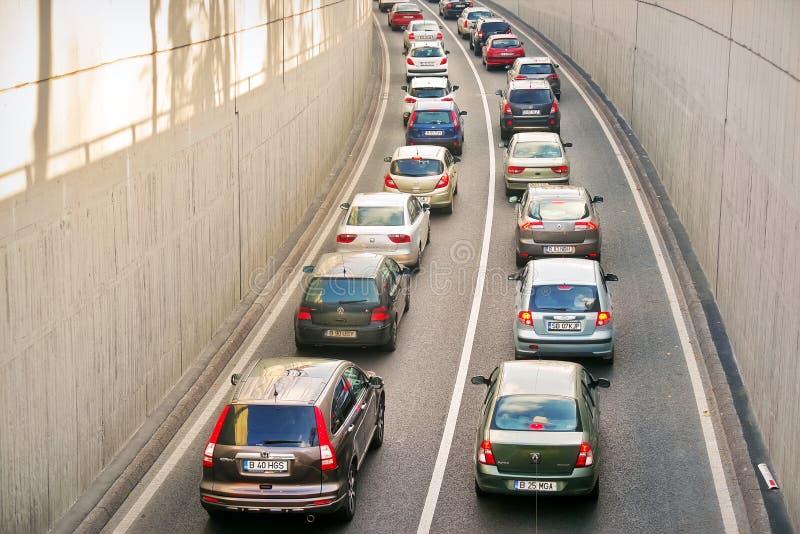 Autos auf Asphalt lizenzfreies stockbild
