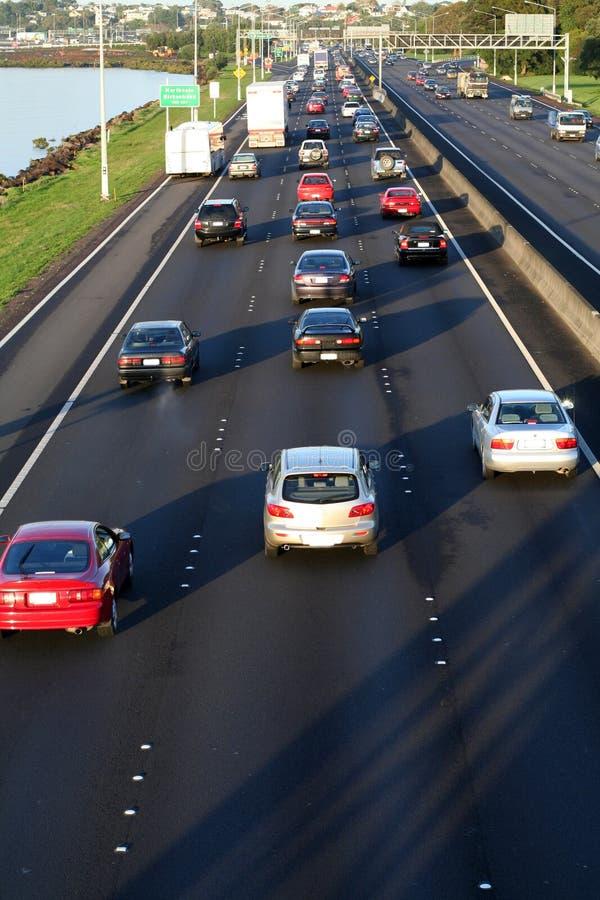 Autos auf Datenbahn lizenzfreie stockfotos