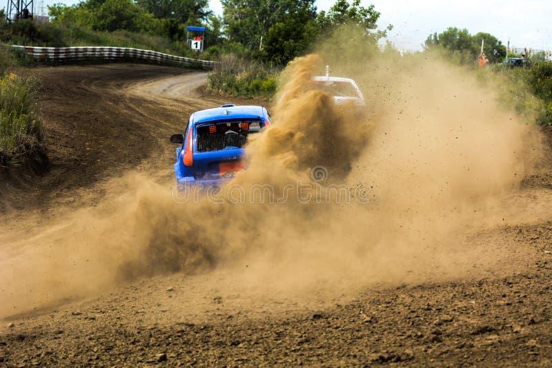 Autos auf den autocross lizenzfreie stockfotos