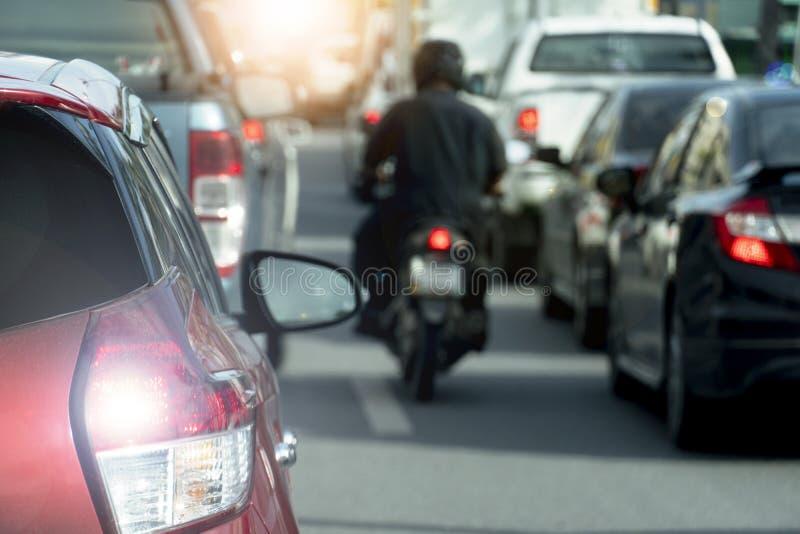 Autos auf der Straße in Geschäftszeiten stockfotos