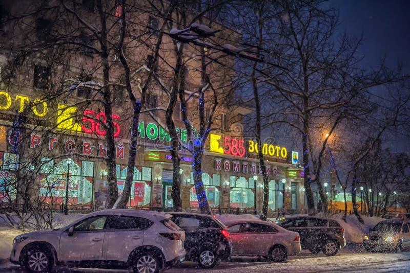 Autos auf der Straße nachts im Schnee lizenzfreie stockfotos