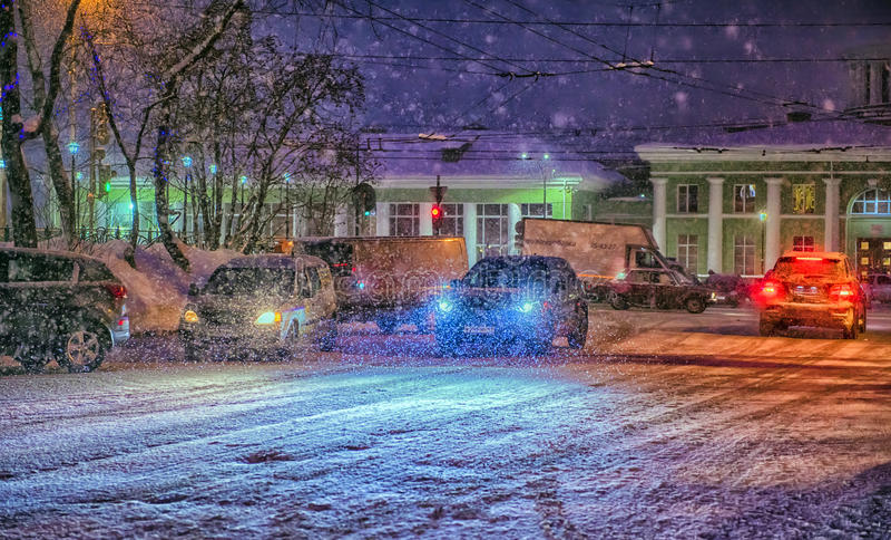 Autos auf der Straße nachts im Schnee stockfotos