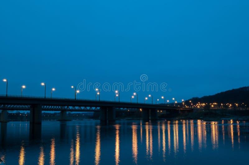 Autos ` Brücke in den Lichtern stockbild