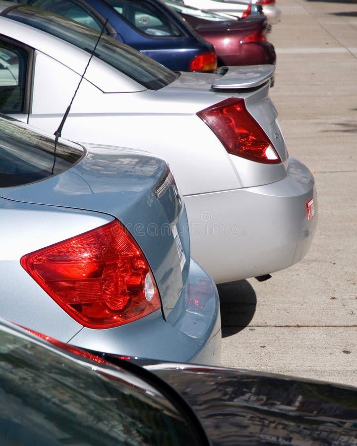 Autos in der Reihe lizenzfreie stockbilder