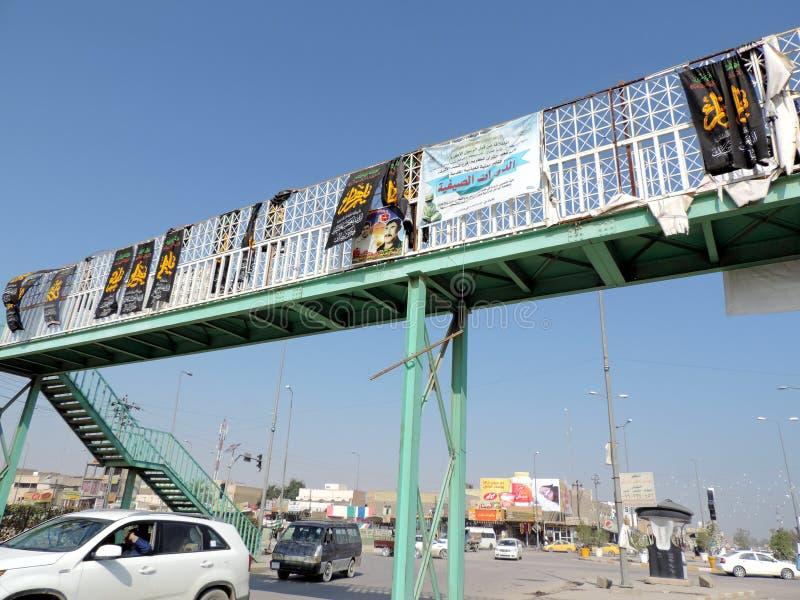 Autos, die auf den Straßen von Kerbela, der Irak laufen lizenzfreie stockfotos