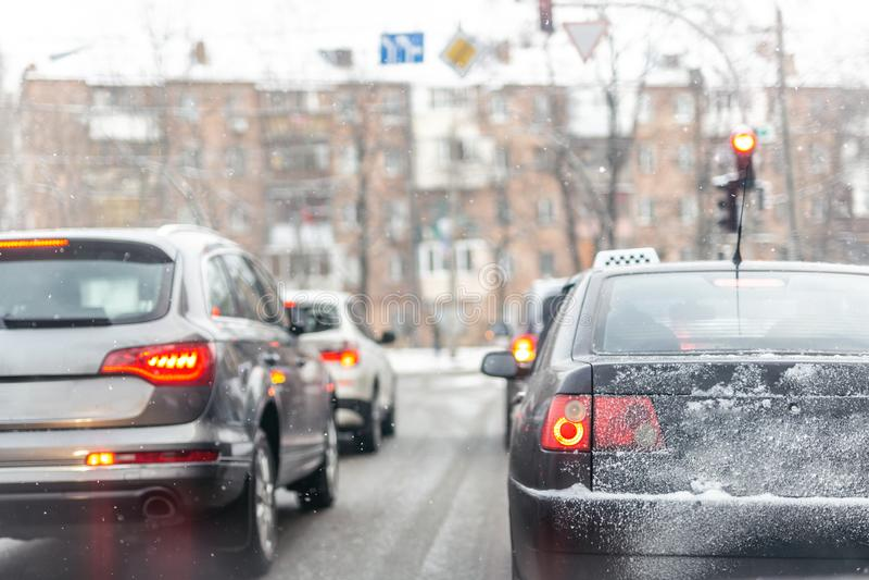 Autos, die in der Reihe im Stau auf Stadtstraße auf glatter schneebedeckter Straße im Winter stehen Fahrzeuge erhalten auf Straße lizenzfreie stockbilder
