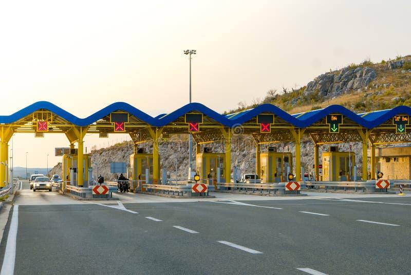 Autos, die durch Gebührenstelle auf der Autobahn überschreiten stockbilder