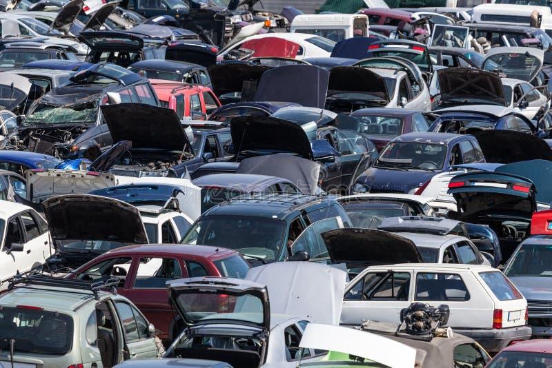 Autos an einem Schrottplatz lizenzfreie stockbilder