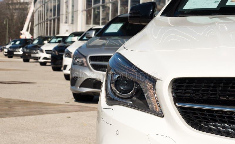 Autos in einer diagonalen Reihe lizenzfreie stockfotos