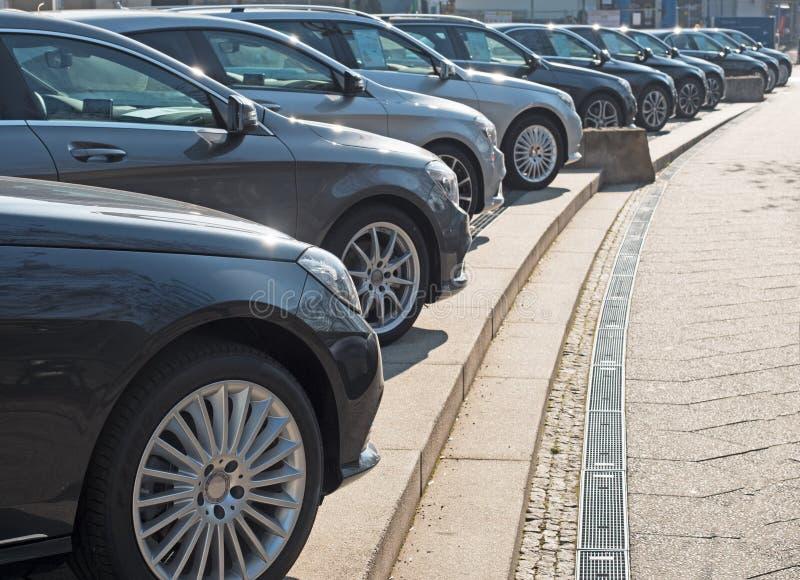 Autos in einer diagonalen Reihe stockfotografie