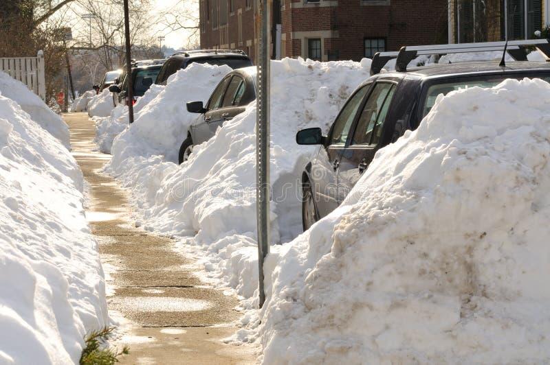 Autos eingeschlossen in den starken Schneefällen lizenzfreie stockfotos