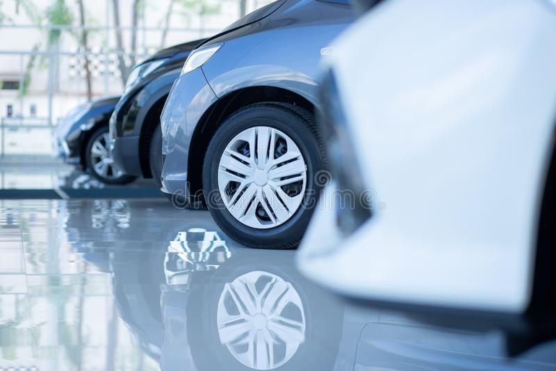 Autos f?r Verkauf Automobilindustrie Auto-Verkaufsstelle-Parkplatz Reihen von den nagelneuen Fahrzeugen, die neue Eigentümer im A lizenzfreie stockfotos