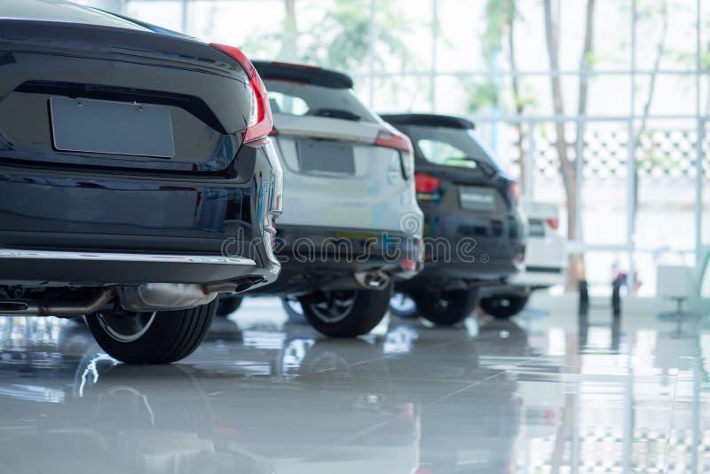 Autos f?r Verkauf Automobilindustrie Auto-Verkaufsstelle-Parkplatz Reihen von den nagelneuen Fahrzeugen, die neue Eigentümer im A stockfoto