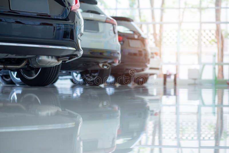 Autos f?r Verkauf Automobilindustrie Auto-Verkaufsstelle-Parkplatz Reihen von den nagelneuen Fahrzeugen, die neue Eigentümer im A lizenzfreies stockfoto