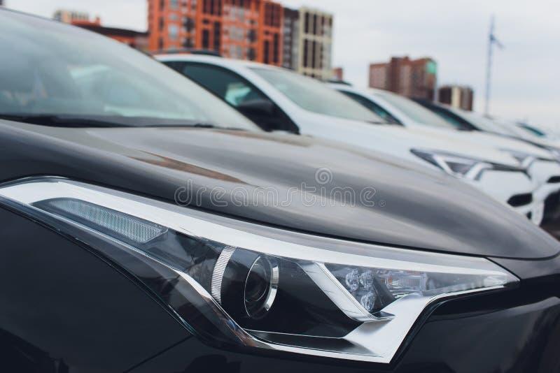 Autos f?r Verkaufs-Vorrat-Los-Reihe Auto-H?ndlerbstand lizenzfreie stockfotografie